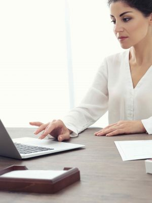 Advogada assistindo cursos online para advogados