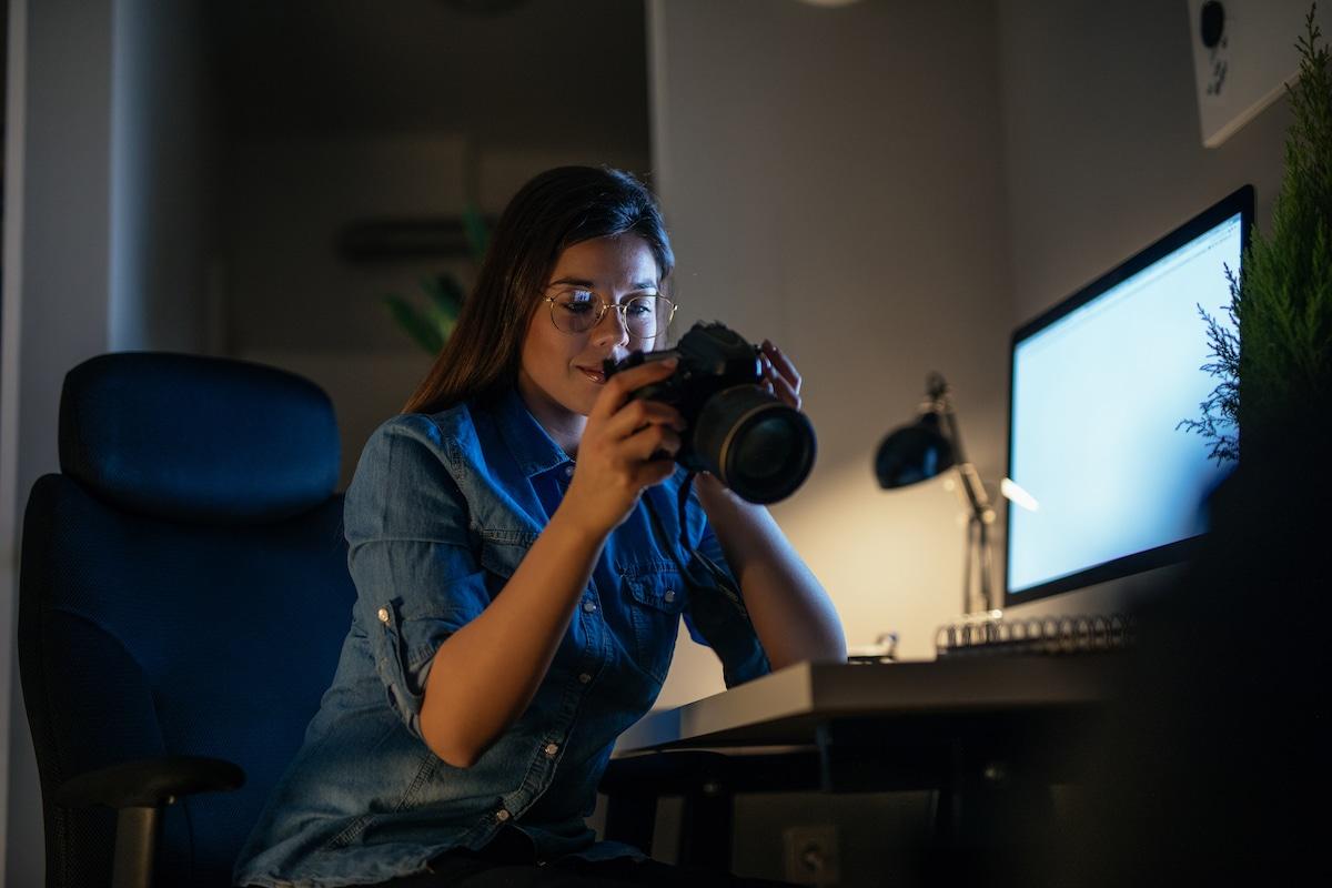 Fotógrafa em seu estúdio
