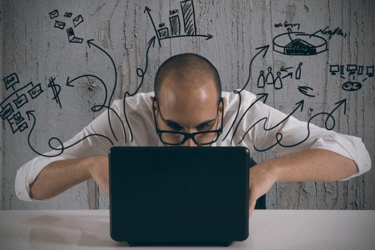 Homem consultando software