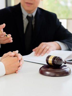 Advogado prestando consultoria jurídica
