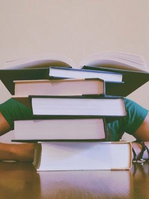 Aluno estudando para OAB
