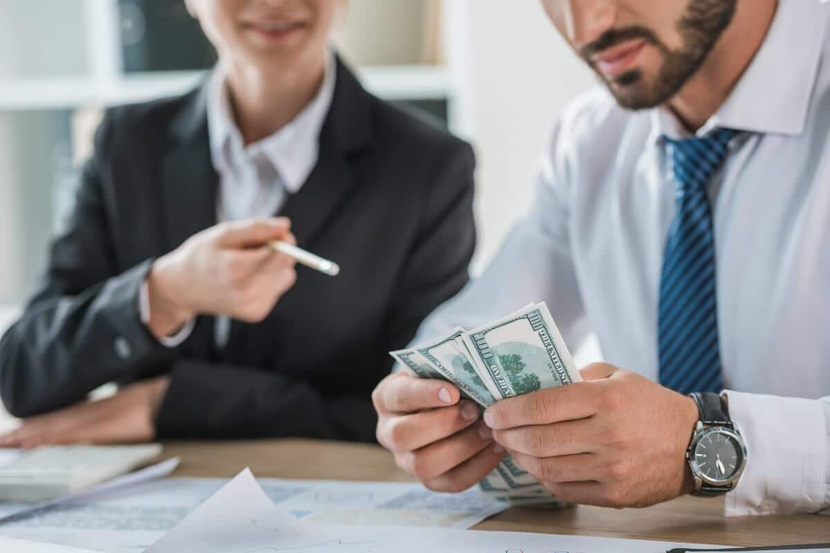 Advogando bem sucedido contando dinheiro