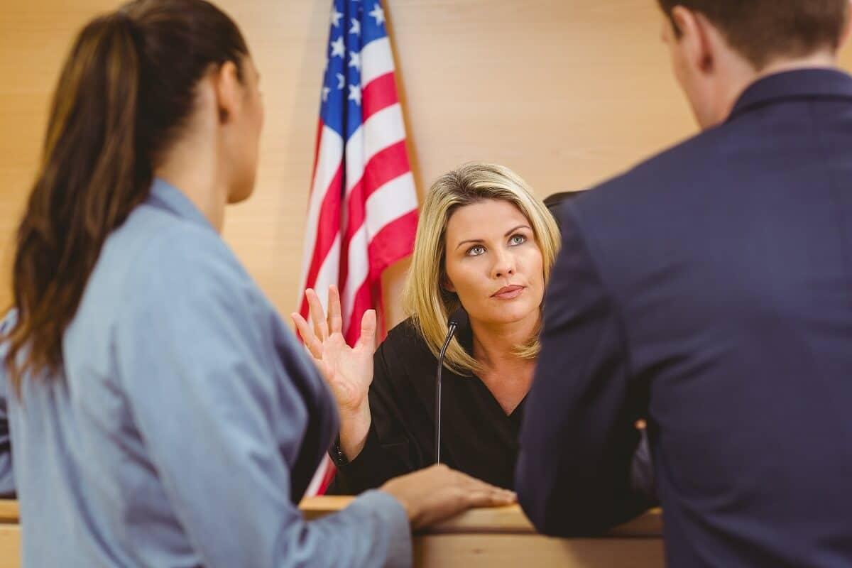 Argumentação jurídica em frente a uma juíza