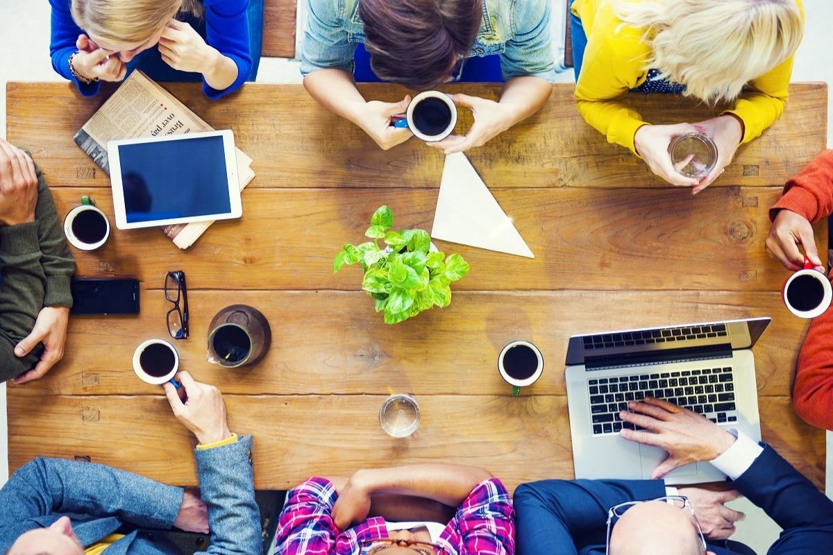 Pessoas fazendo reunião em uma startup